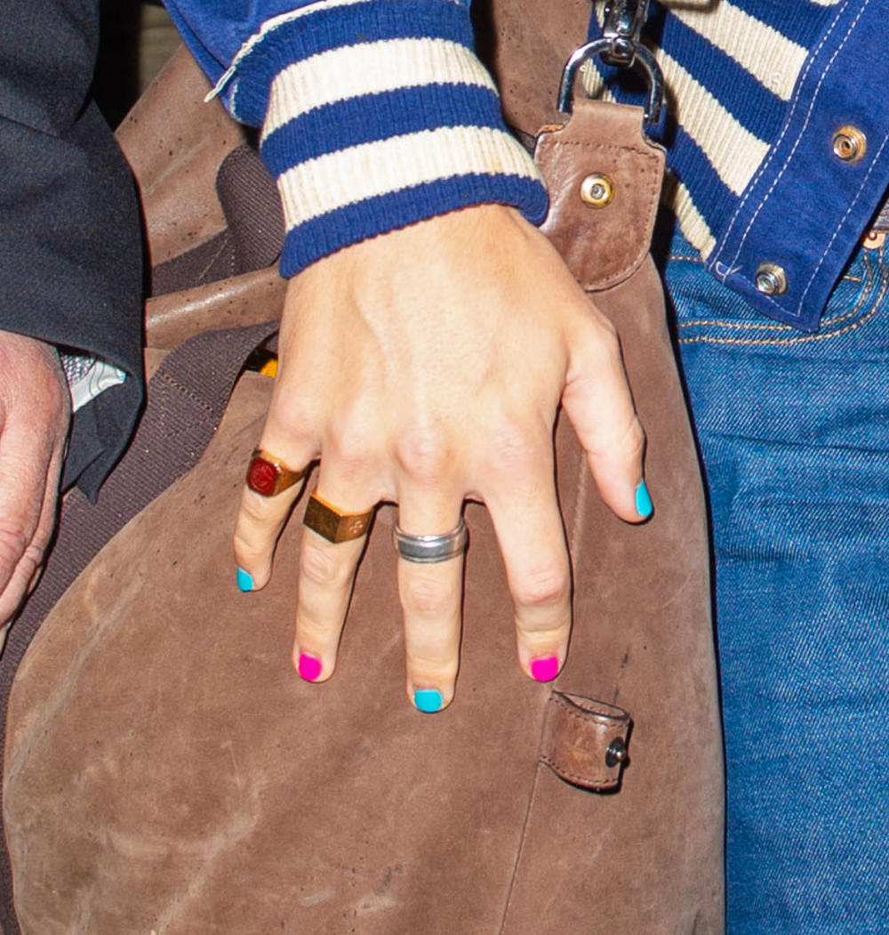 <p>On lakira nokte, oblačni garderobu smelih boja, šminka se i nosi bisere</p>
