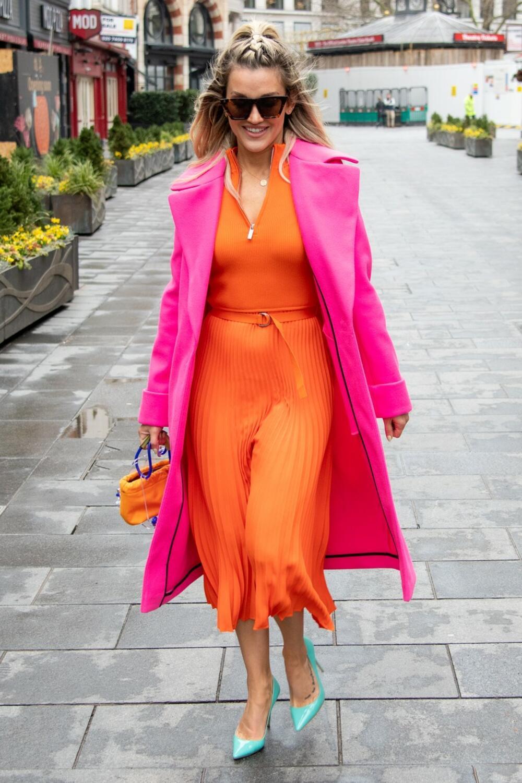 <p>Ešli Roberts je američka pevačica i glumica, a ovih dana pažnju privlači neverovatnim odabirom gardarobe</p>