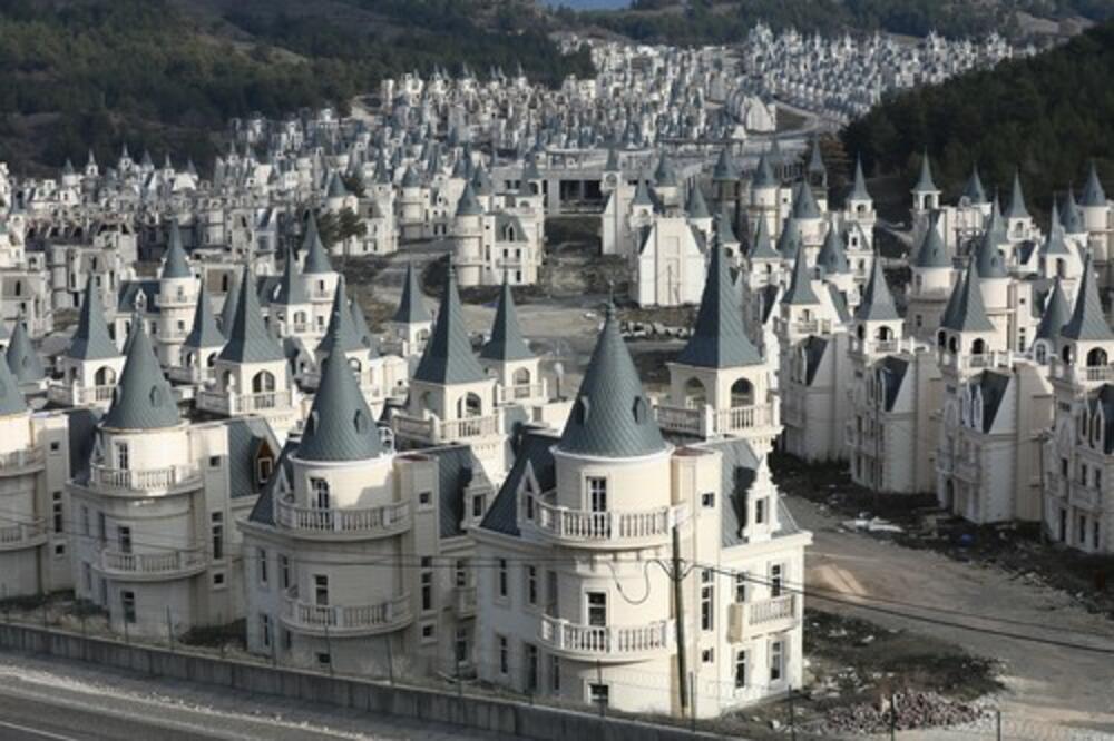GRAD OD 583 DVORCA: Kako se luksuzno odmaralište zamkova pretvorilo u grad duhova? (FOTO)